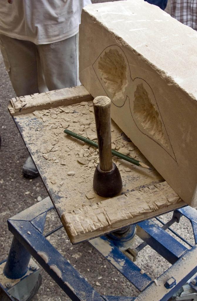 Warsztat kamieniarza z kamiennym blokiem wapienia