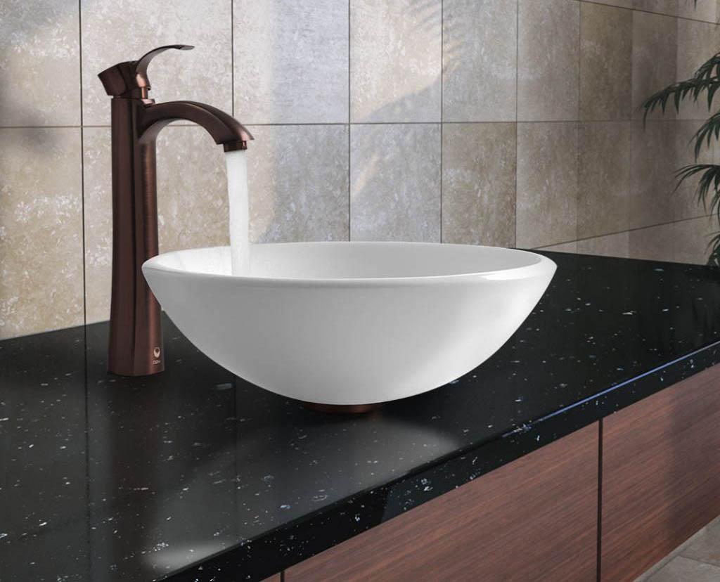 Łazienka z ceramicznym naczyniem na blacie z granitu