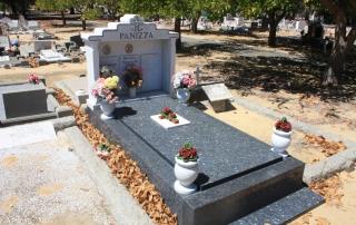 Umieszczanie na pomniku przymocowanego na stałe wazonu z kamienia