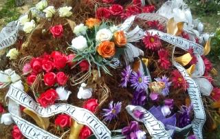 Kupić gotowy wieniec pogrzebowy czy zamówić indywidualnie wcześniej w kwiaciarni ?