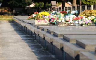 Jak długo po pogrzebie powinny leżeć kwiaty ?