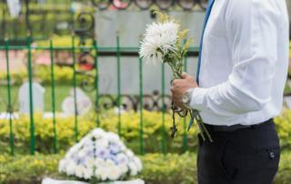 Oszczędne organizowanie pogrzebu czyli pochówek przy ograniczonych możliwościach finansowych