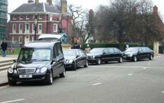 Wybór jednego z modeli karawanów w firmie pogrzebowej